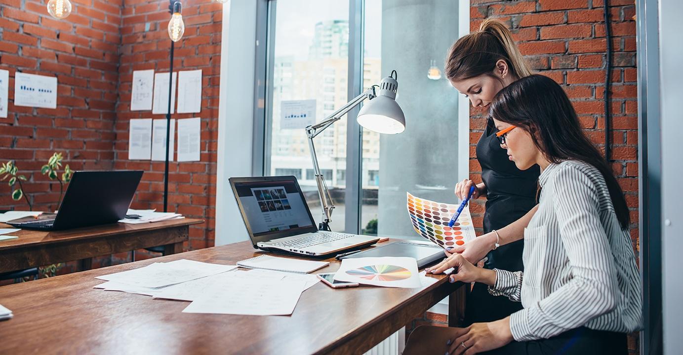 Mujeres seleccionando una paleta de colores para el diseño gráfico freelance. Desarrollo web junto a un profesional del diseño.