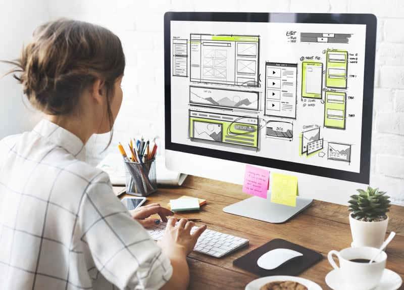 Ordenador gestionando una aplicación de diseño y estrategia de marketing.