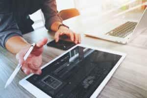 Desarrollador web diseñando una nueva aplicación con su tablet