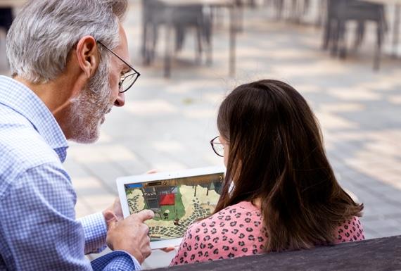 Fotografía real entre un adulto y una niña jugando a HHeroeSS
